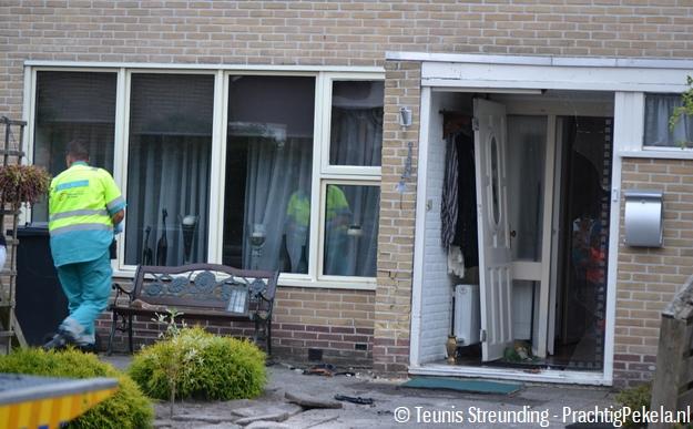Auto rijdt woning binnen aan titanstraat oude pekela